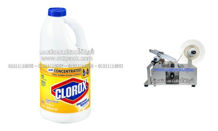 لصق ليبل العلامات التجارية علي زجاجة منظف بالليمون من شركة المهندس منسي ، تنسيق هدايا